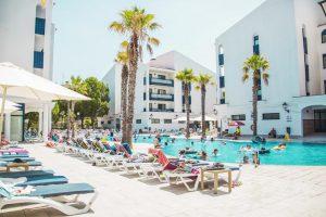 Piscina y zona de descanso del hotel temático Pins Platja, Tarragona
