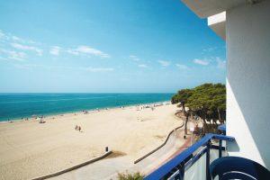 Balcón con vistas al mar en el hotel temático Pins Platja, Tarragona