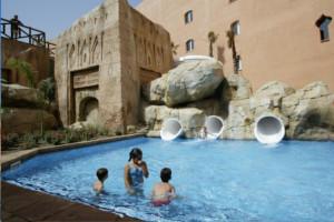 hotel temático con toboganes y piscinas en granada