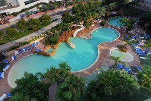 Piscina con toboganes acuáticos del hotel temático palas pineda, tarragona