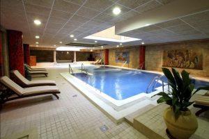 Spa en hotel temático con toboganes y niños