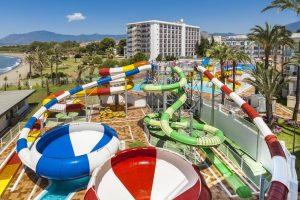 interesante hotel temático con toboganes en Estepona