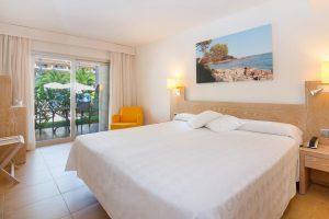 hotel temático con zona para juegos en la playa de Font sa Cala