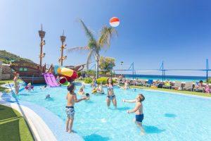excelente hotel temático con toboganes en Menorca