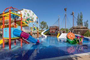 buen hotel temático con toboganes en el puerto de Alcudia